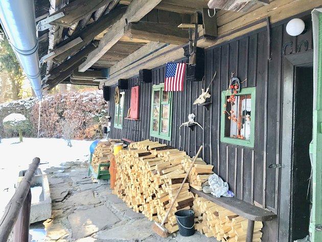 Slavná chalupa na šumavském Srní je na prodej.