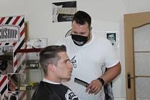 Petr Frydrych se svým týmem v Barber shopu v Klatovech.