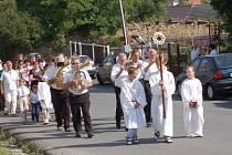 Slavnostní procesí od kostela sv. Jana Křtitele ke kapli sv. Anny v Chudenicích