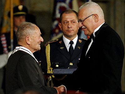 František Wiendl přebírá řád T.G. Masaryka z rukou prezidenta Václava Klause