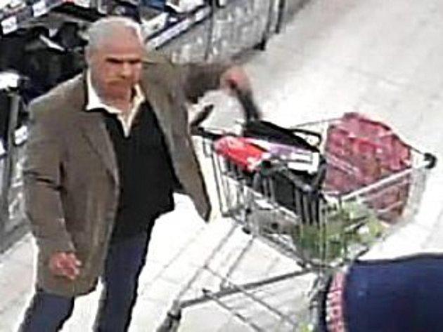 Muž ukradl ženě z vozíku peněženku.