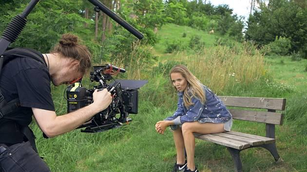 Zpěvačka Lucie Vondráčková natáčela v šumavské vesničce Rozsedly svůj nejnovější klip. Zahrál si v něm i Martin Kraus, režíruje ho Milan Balek.