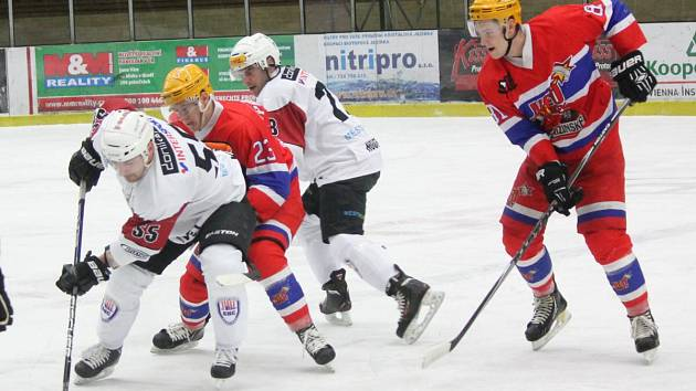 Hokejová II. liga: SHC Klatovy (v bílém) - HC Nymburk 3:4 SN.