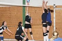 """Volejbalový turnaj kadetek """"Pod Černou věží"""" (červené dresy - Klatovy A, černé dresy - Klatovy B)"""