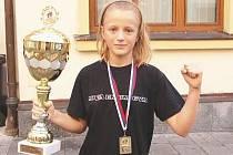 Zlatá medaile, pohár a titul mistryně světa ozdobily jedenáctiletou kickboxerku Nikolu Hammerovou z klatovského klubu MILLENIUM GYM, o. s.