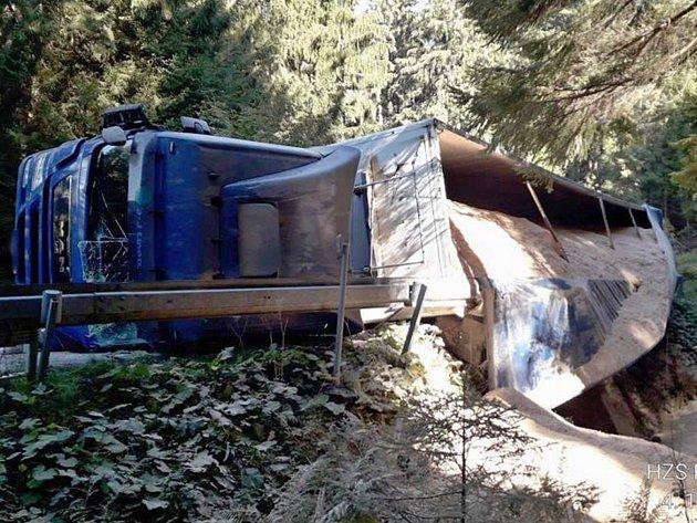 Nehoda kamionu mezi Špičákem a Hojsovou Stráží.
