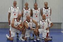 Společné snímky týmů z 15. MČR veteránů v basketbalu.