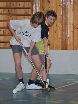V utkání kategorie základních škol převálcovali Šmatláci THC Klatovy 21:3. Na snímku jsou v akci Jakub Vlček (v bílém) z vítězného týmu a Lukáš Pulkrábek z THC Klatovy.