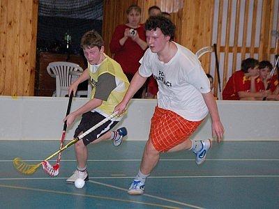 V utkání kategorie základních škol převálcovali Šmatláci THC Klatovy 21:3. Na snímku je sprintérský souboj Vladimíra Obra z FC Šmatláci (vpravo) a Lukáše Ráčka z THC.