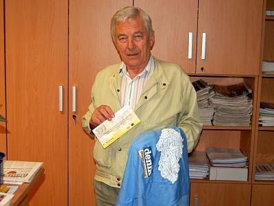 Pro ceny, volnou sázenku Fortuny v hodnotě 100 korun a triko, za vítězství v jedenáctém kole jarní Fortuna ligy čtenářů si do redakce Klatovského deníku přišel Ladislav Visinger z Klatov.