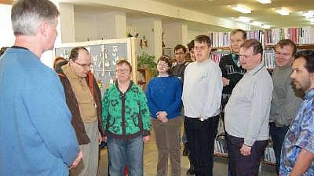 Návštěvu z Denního stacionáře Klatovy přivítal v janovické knihovně starosta města Michal Linhart.