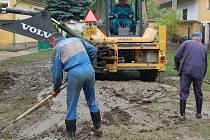 Výrovem na Klatovsku se ve čtvrtek v podvečer prohnala povodňová vlna a zasáhla část obce.