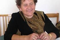 Hana Kantová z Mochtína s koláčky, které pravidelně peče na volby.
