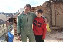 Roman Kubale, kterému v lednu vyhořel dům v Plánici, se svým synem Filipem.
