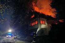 Požár třípodlažní dřevěné chaty nedaleko Špičáckého sedla.