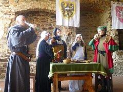 Prohlídky hradu ve Velharticích.