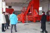 Při slavnostním zahájení provozu klatovského zařízení firmy Rumpold si účastníci prohlížejí výkonný lis