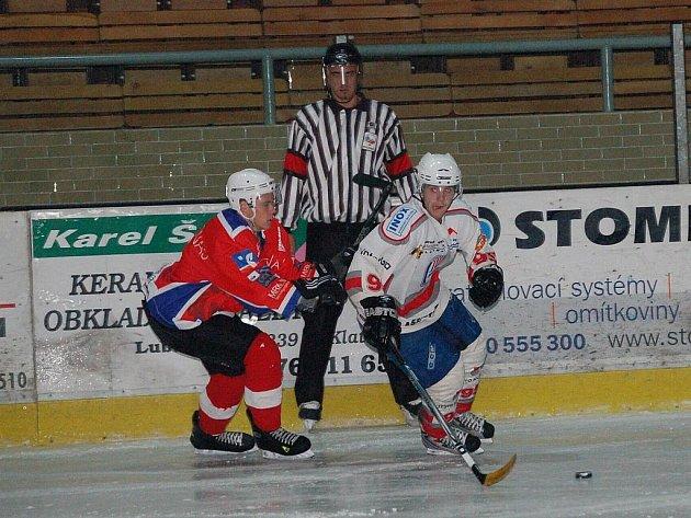 Klatovští hokejoví junioři (v bílém) zdolali ve středečním přípravném utkání vrstevníky z německého Freiburgu 10:1.
