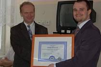 Ředitel Nemocnice následné péče LDN v Horažďovicích Martin Grolmus (vlevo) převzal z rukou výkonného ředitele Spojené akreditační komise ČR Františka Vlčka Certifikát o udělení akreditace Spojené akreditační komise ČR.