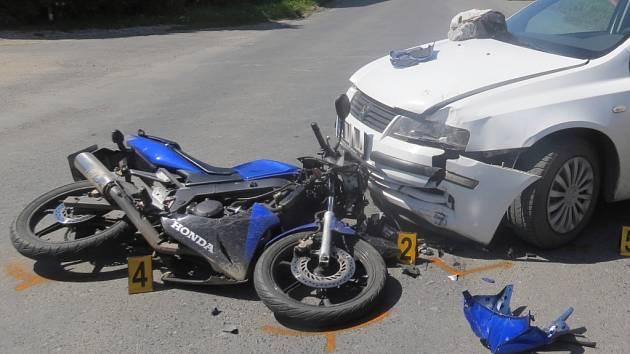 Dopravní nehoda motorkáře a vozidla ve středu 17. května ve Svrčovci.