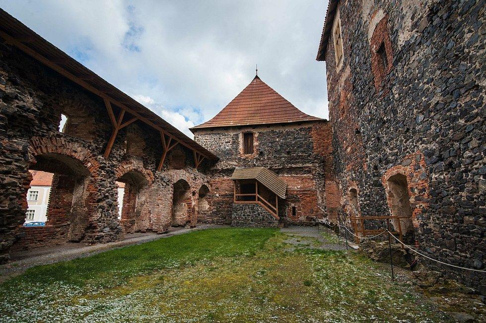 Vnitřní nádvoří hradu Švihov. Obvodové zdivo hradu je vystavěno z tvrdého kamene- buližníku.