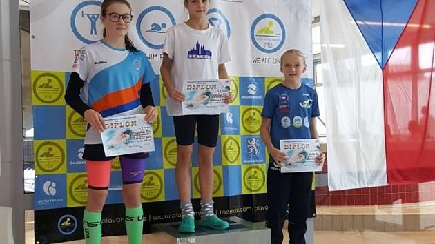 Andrea Nushartová (uprostřed) vyhrála na zimním poháru Čechy 11letých plavců závod na 100 m prsa.