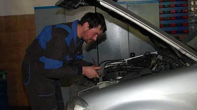 AUTOMECHANIK Jaroslav Vanka předělává auto na plyn.