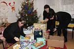 Iniciativa Holky holkám přivezla dárky do klatovského Domova sv. Zdislavy.