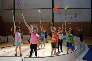 Předškoláci v Klatovech si sportovní den užili. Zkusili si opičí dráhu i florbal.