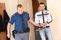 Recidivista Pavel Straka (35) z Plzně u klatovského okresního soudu.