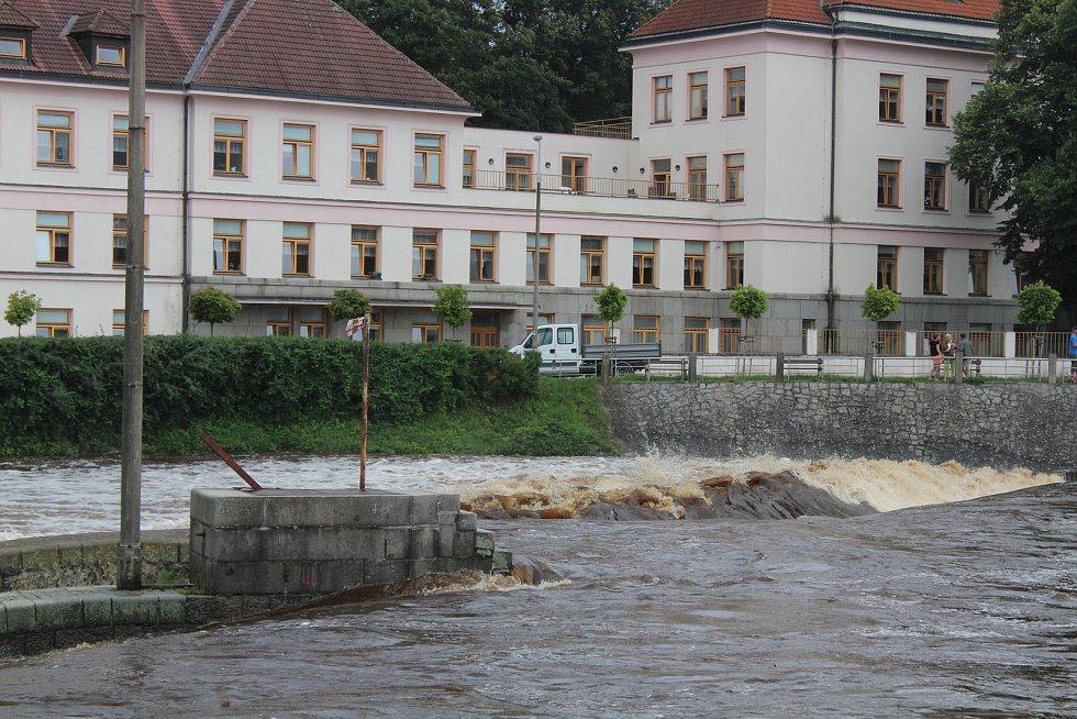 Rozvodněná Otava v Sušici, v Novém Městečku a v Rejštejně.