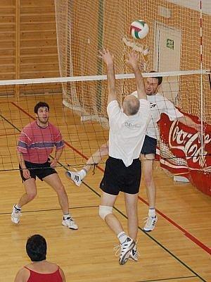 Šestadvacet smíšených volejbalových družstev se utkalo v Klatovech při populárním turnaji O pohár Alfastavu.