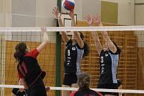 Klatovské volejbalistky (na archivním snímku na bloku) si proti Rokycanům připsaly porážku 3:1 a výhru 3:2.