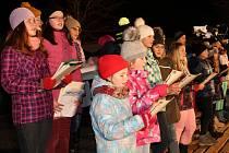 Zpívání u vánočního stromu ve Strážově.