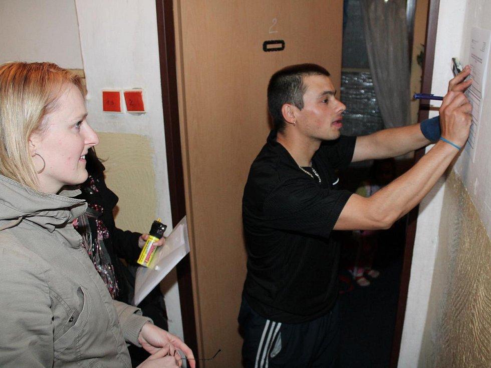 Pracovnice Probační a mediační služby při kontrole domácího vězně. Archivní snímek.