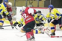 Ve čtvrtfinálové sérii mezi HC Klatovy (v červeném) a Kobrou Praha se z postupu nakonec radoval pražský tým.