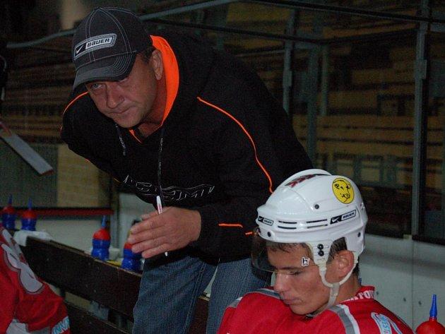 Hokejisté SHC Maso Brejcha Klatovy vstoupí do nového druholigového ročníku 2008/2009 duelem proti Nymburku. Klatované budou mít výhodu domácího prostředí a kouč Pavel Čuban (na snímku) trvdí, že jedině disciplinovaný a bojovný výkon přinese ovoce