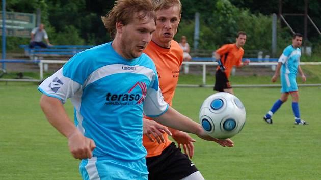 Fotbalisté Horažďovic (v modrém) uhráli s Kolovčí cennou remízu.