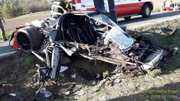 Klatovan zdemoloval luxusní sporťák o strom, k nehodě letěl vrtulník