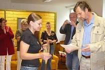 Vedoucí janovického Klokánku přebírá šek z rukou předsedy Rotary clubu Petra Čermáka.