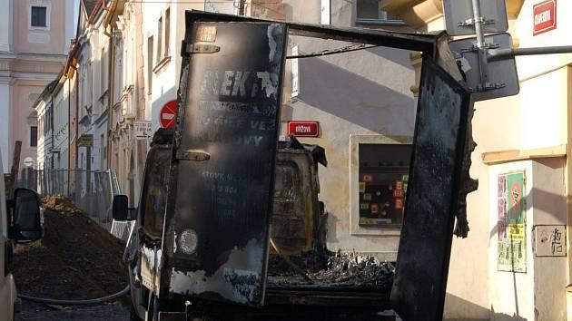 Hasiči vyjížděli do Krameriovy ulice k požáru dodávkového automobilu značky Mercedes.