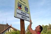 Místostarosta města Švihova Jiří Unger umisťoval včera těsně po sedmé hodině ranní cedule upozorňující občany na fakt, že Švihov patří mezi daňově diskriminované obce.