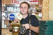 Tomáš Němec, číšník klatovské pizzerie, právě začíná točit pivo.