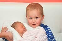 Ema Matějková z Horažďovic (3280 g) se narodila ve strakonické porodnici 19. září v 10.26 hodin. Na sestřičku se těší Vojtíšek (2). Foto: Ivana Řandová