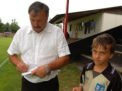 Slavnostního výkopu memoriálu v Chanovicích se ujala legenda českého fotbalu Antonín Panenka