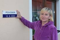 Eva Kojanová ze Švihova ukazuje, kam až sahala voda na jejím domě