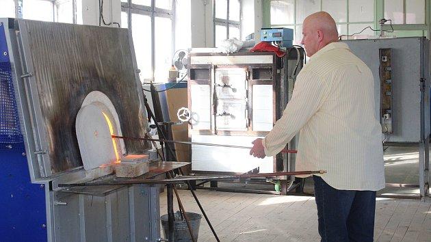 Návštěvníci pozorovali práci sklářů