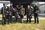 Parašutisté z německého CYPRES Demo Teamu nacvičovali na klatovském letišti seskok s obří vlajkou.