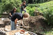 Dobrovlníci pomáhají upravit okolí Bolfánku a kostela v Chudenicích