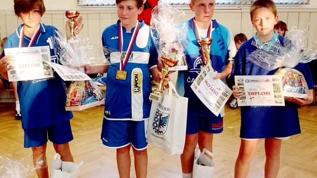 Kvarteto nejúspěšnějších účastníků MČR mladších žáků v nohejbale jednotlivců. Čerstvý šampion Filip Hokr na snímku druhý zleva.